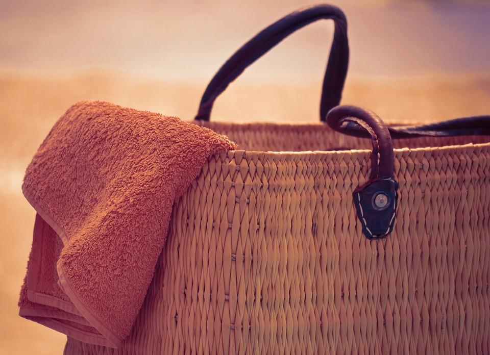 b5fd986f78 Prima regola dell'estate 2018? Mai farsi trovare impreparate: trova la  borsa mare di tendenza che fa per te!