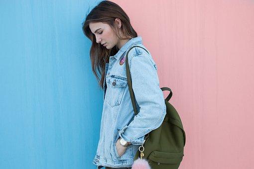 Che siano di stoffa, di pelle, colorati o a tinta unita, largo all'accessorio dell'estate 2018: lo zaino!