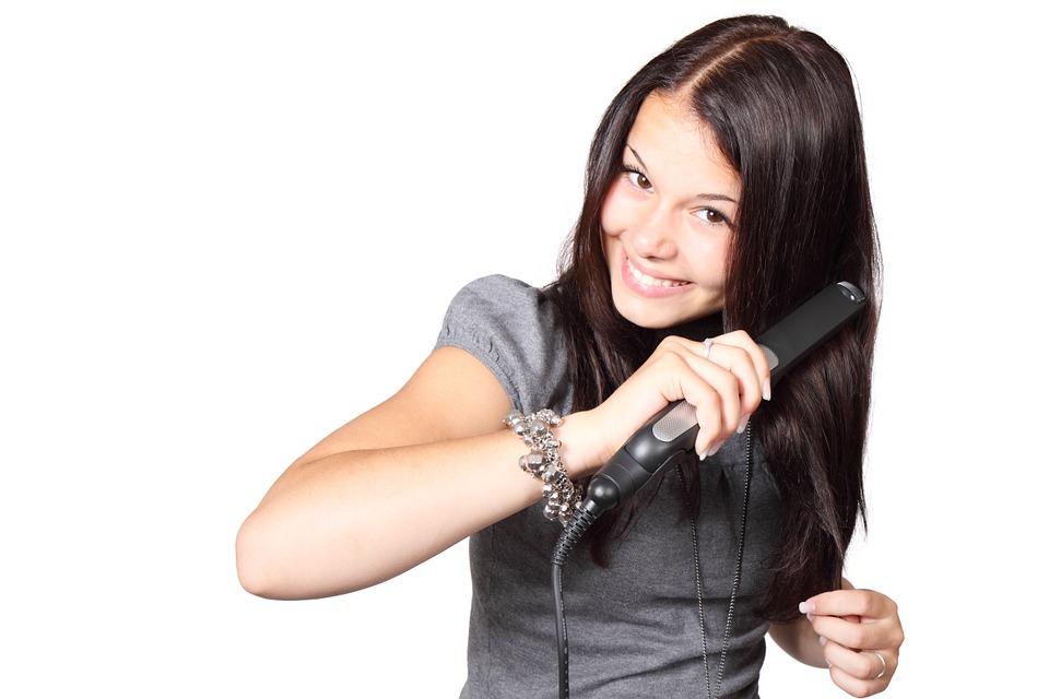 Come usare la piastra per capelli per una piega impeccabile